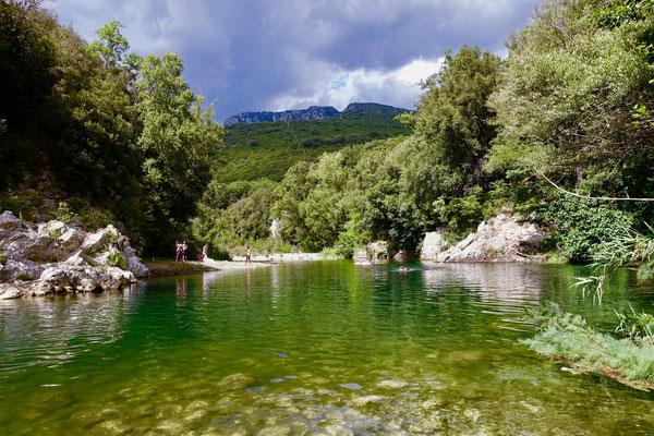 川から見上げた鍾乳洞のあるアルブルニ山