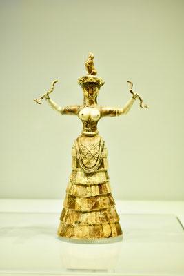 イタリアの小学校の教科書には必ずでてくる「蛇の女神」(紀元前1600〜1580年頃)は、クノッソス宮殿から発掘(イラクリオン古代博物館貯蔵物)