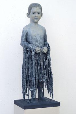 Ohne Titel (Blaues Kind) - Verschiedene Materialien, farbige Fassung, 30 x 100 x 30 cm, 2018