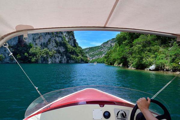 Ballade en bateau électrique sur le lac