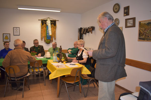 Rainer Kutscher überreicht ein Bild mit Wappen von Lerbach