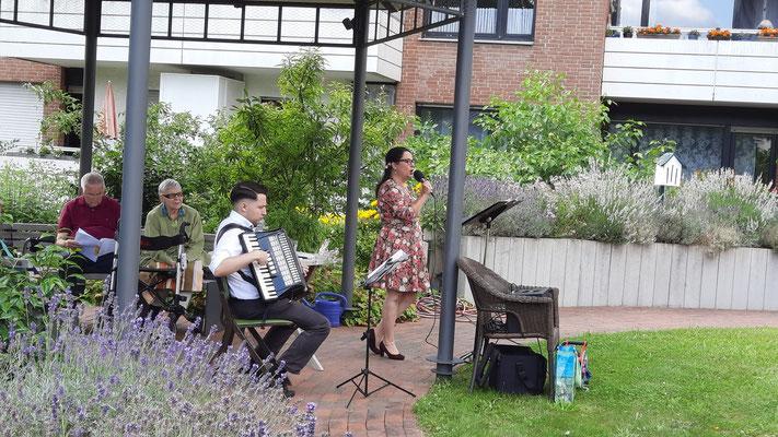 Ivo Kanz uind Nicole Schipplick im Ernst-Barlach-Haus beim Mitsing Konzert