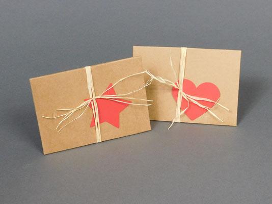 Der Geschenkkarton ist mit einem Herz oder Stern Symbol erhältlich