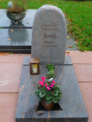 Urnengrab in BARARP, Ostseerotfelsen, beflammt und geschliffen