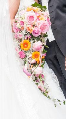 Rosen, Calla und Germini in den Farbtönen Rosé-Pink-Orange gekonnt kombiniert.