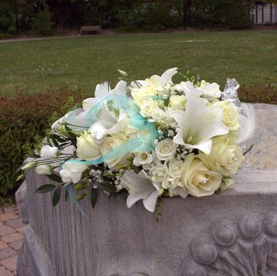 Brautstrauß mit weißen Rosen, Lilien und Federn