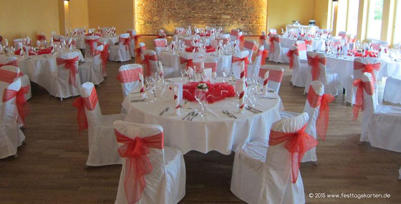 Festsaal Dekoration. Tischdekoration in freundlichem Rot.