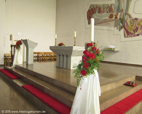 Kirchenschmuck: Altargesteck und zwei frei stehende Gestecke Rosen Rot mit Gräsern, Seidentaft