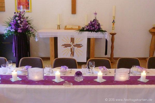 Dekoration einer Konfirmationsfeier: Altargesteck und Seitengesteck, Tischband, Kerze auf Spiegelfliese, Laternchen mit Bibelvers, Würfelglas mit Aquaperls und Alliumblüte