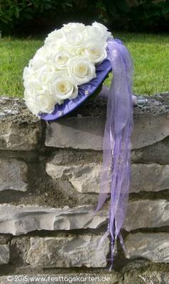 Brautstrauß in Creme-Flieder, Straß und Kristallverzierung an den Bänder Enden