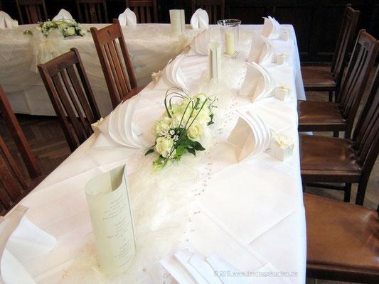 Tischdekoration: Rosengestecke mit Gräsern, Menü-Laternchen, Gastgeschenke