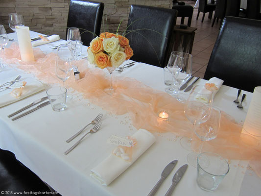 Festtafel: Organzastoff in Lachs, drapiert. Rosen-Halbkugel auf Coctailglas, Menü-Laternchen und kleine Windlichter. Als Gastgeschenke und Tischkärtchen Hochzeitsmandeln im Organzasäckchen.