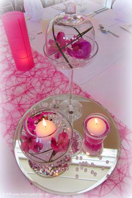 Am Abend - die Kerzen strahlen festlich.