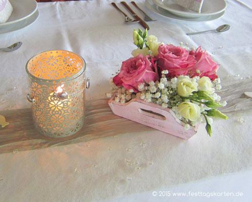 Romantische Dekoration einer Konfirmationsfeier im Vintage Stil. Tischbänder Taupe