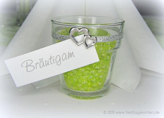 Gastgeschenk: Teelichtgläschen mit Raindrops und farblich passendem Teelicht befüllt. Namenschildchen und Doppelherzen. Tischkärtchen