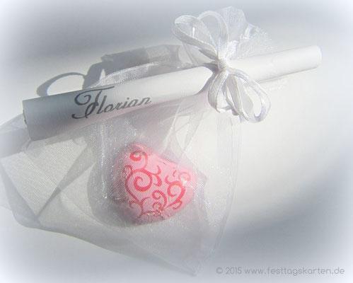 Gedichtröllchen am Organza Säckchen, personlisiert mit Schokoladen Herzchen befüllt. Tischkarte