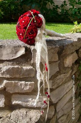 Brautstrauß Rosen Rot, Kopf an Kopf in Cone gearbeitet, Brautbänder, Perlennadeln, Gräser