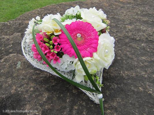 Trauplatzgesteck: Herz aus Drahtgeflecht, gecrashed. Germini Pink, Rosen Creme