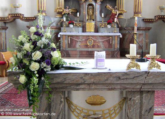 Altargesteck in Creme-Lila und Weiß, Gräser zum Herz gebunden, daneben die Hochzeitskerze