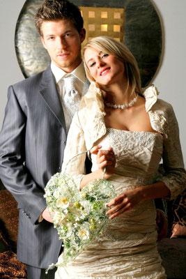Moderner Brautstrauß in Herzform: Drahtgeflecht gecrashed, Orchideen, Blüten und Gräser eingearbeitet