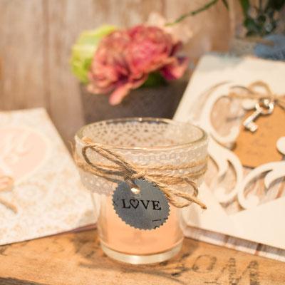 Tischdekoration mit Blumen und Kerzenschein - wunderschöne vintage Kombination!