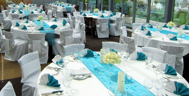 Festtafel in Türkies: Tischband Organza, Rosen-Halbkugel auf Cocktailglas, Menü-Laternchen, Teelichtgläschen mit Raindrops gefüllt und Streudeko.
