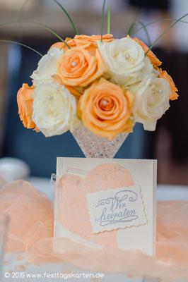 Rosen-Halbkugel auf Coctailglas mit Gräsern und Perlchen, Einladungskarte des Brautpaares.