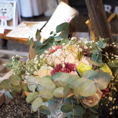 Ein Brautstrauß mit Eukalyptus im vintage / urban Stil