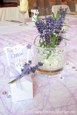 Detail Tischdekoration: Tischband, Lavendelbouqet mit Aquaperls im Glas, Gastgeschenk mit Gastnamen als Platzierung, Dekoperls, gestreut