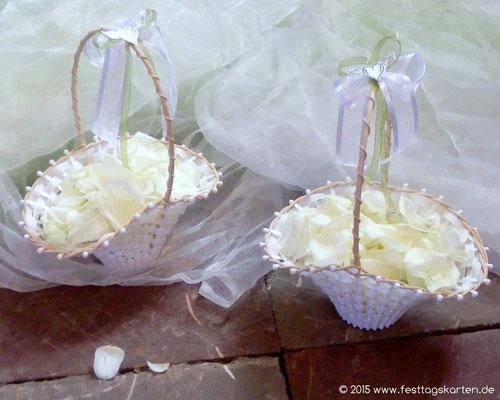 Zwei Körbchen mit Rosenblütenblättern gefüllt - zum streuen bereit!!