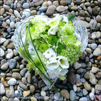 Gesteck für den Trauplatz: Floralien in Grün-Weiß Tönen in Herz aus gecrashtem Drahtgeflecht