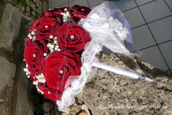 Brautstrauß Halbkugel Rosen Rot mit Brautbändern und Schleierkraut Tuffs, Strasssteine