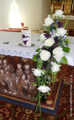 """Altargesteck """"Kantenocker"""" in Creme und dunklem Lila,  daneben die Traukerze"""
