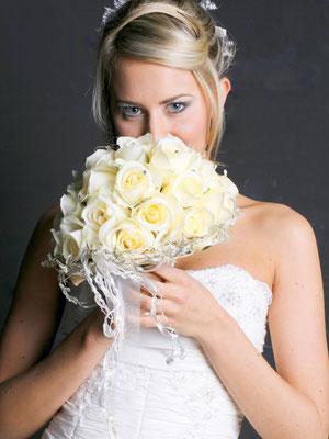Brautstrauß Rosen Creme (Seide) Kopf an Kopf gearbeitet, Straßsteinchen, Brautband