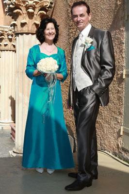 """Weißer Brautstrauß mit Bänder """"Schweif"""". Rosen """"Kopf an Kopf"""" gearbeitet. Ein """"farblicher"""" Kontrast zum Brautkleid in Türkies. Passender Reversschmuck für den Bräutigam."""