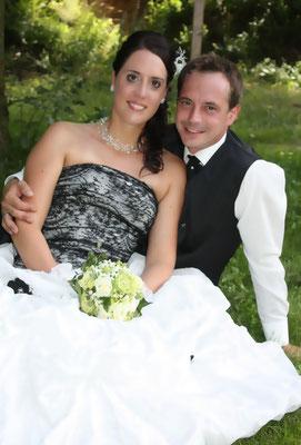 Brautstrauß rund gebunden in Grün-Weiß Tönen