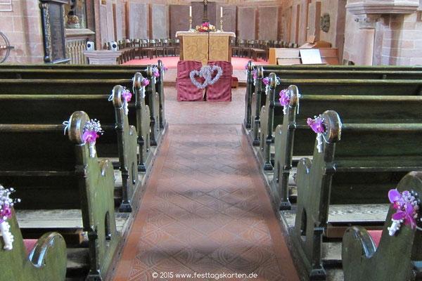 Geschmückter Brautweg in der Kirche: Bankdekorationen, Ehrenplatz und Altarschmuck