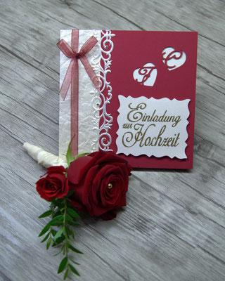 Eine Traumhochzeit mit roten Rosen, Einladungskarte mit Revers Anstecker