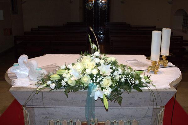 Altargesteck mit weißen Rosen und Lilien
