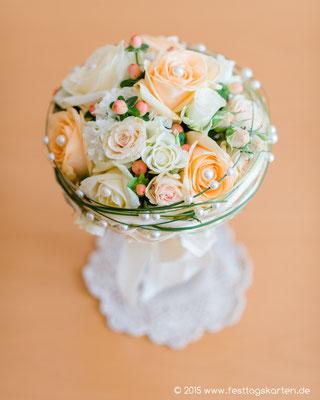 Brautstrauß Kugel, Rosen in Champgner und Lachs, Gräser mit Perlenapplikationen