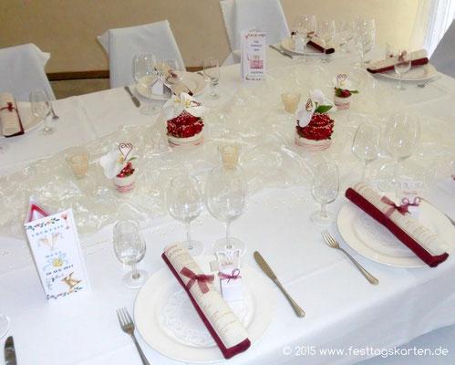 Tischdekoration: Organzastoff drapiert, Tischgestecke, Gastgeschenke, Menükarte zusammen mit der Serviette gerollt und mit Schleife gebunden