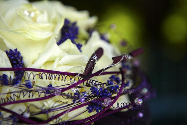 Detailaufnahme: Brautstrauß Rosen Creme, Lavendel, Satinkordel, gerollte Blütenblätter, Drahtschmuck, verschiedene Perlchen