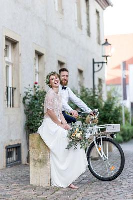 Brautpaar im Vintagestil mit Brautrauß von festtagskarten.de