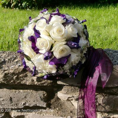 Brautstrauß, Rosen Creme mit Akzenten und Bändern in dunklem Lila