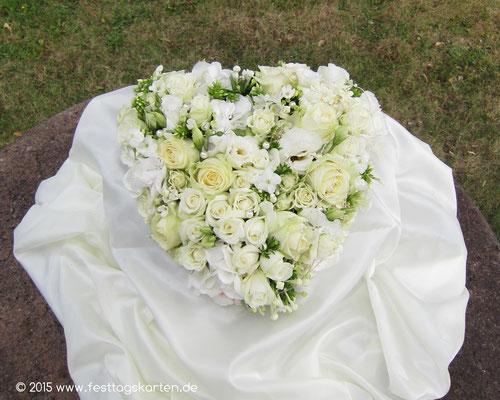 Trauplatz Gesteck:  Rosenherz Creme-Weiß mit Perlen auf Seidentaft drapiert