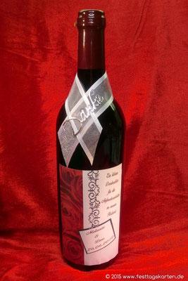 Schmuck Etikett auf Weinflasche als Danke Präsent.