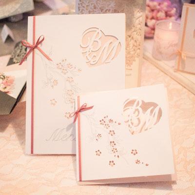 Monogrammschnitt Einladungskarte und Menükarte mit Kirschblüten Muster
