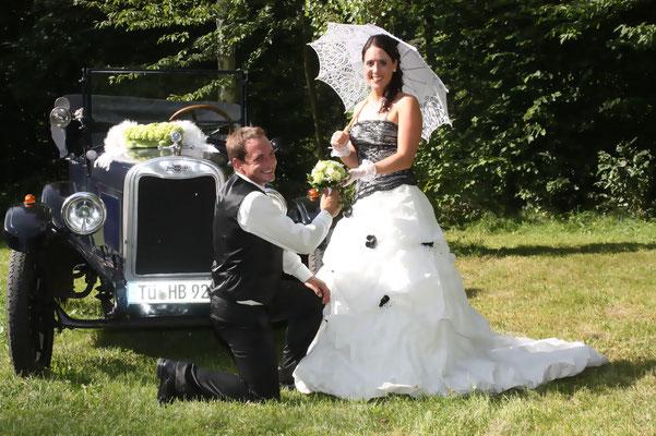 Ein ganz besonderer Tag - zwei ganz besondere Menschen. Fahrzeugschmuck und Brautstrauß Rosen Grün