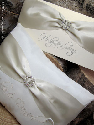 Ringkissen, bestickt mit Hochzeitseinladung: Satinband mit Brosche 26