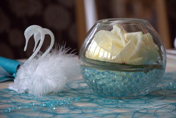 Kugelglas mit weißen Rosen und Aquapearls in Türkis. Schwanen-paar aus Glas, mundgeblasen